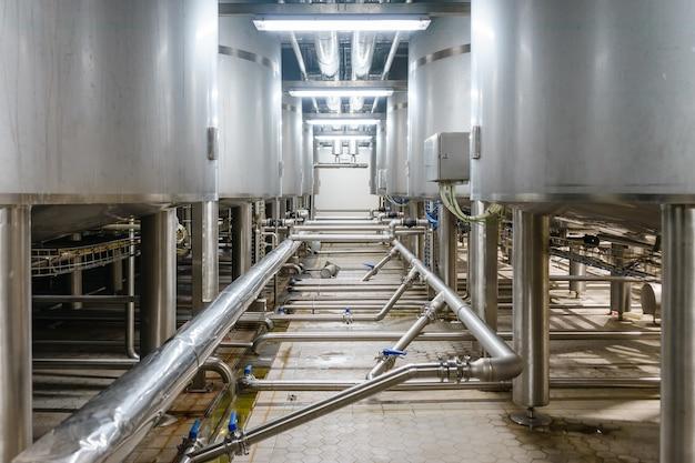 薬局・飲料工業工場の生産ラインにあるステンレス製混合タンク