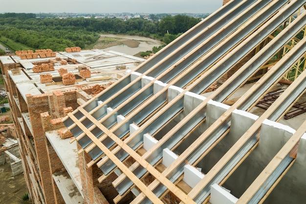 건설 중인 미래 지붕을 위한 스테인리스 스틸 지붕 구조. 주택 상부에 금속 루핑 프레임 개발.