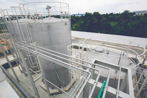 화학 산업의 스테인리스 스틸 사일로 탱크 및 파이프라인.