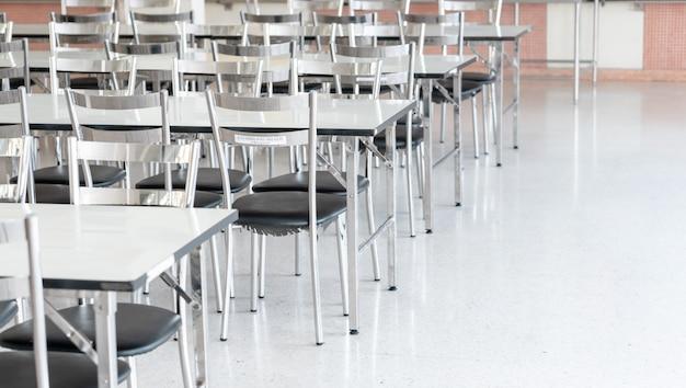 高校生食堂のステンレス製テーブルと椅子