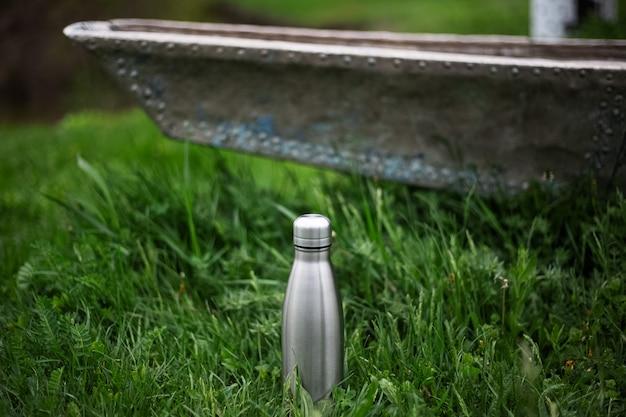 緑の草のステンレス魔法瓶。