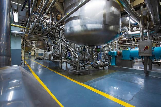 스테인리스 스틸 탱크 청소 및 처리가 있는 장비 탱크 화학 저장고에 압력계가 있는 스테인리스 수직 스틸 탱크 및 파이프.