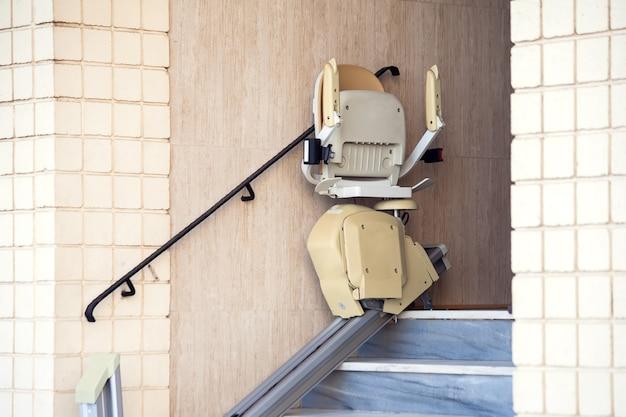 장애인을 위한 계단 엘리베이터. 체어 리프트
