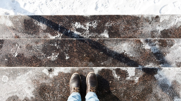 Лестница обсыпана технической солью или солевыми смесями на основе