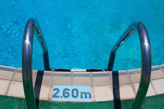 2.60미터 깊이의 수영장으로 가는 계단