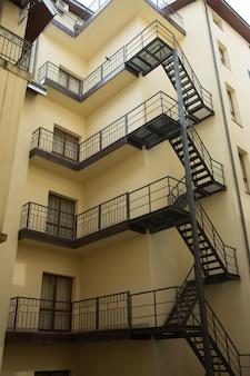 アパートの建物の外の階段と金属の手すり