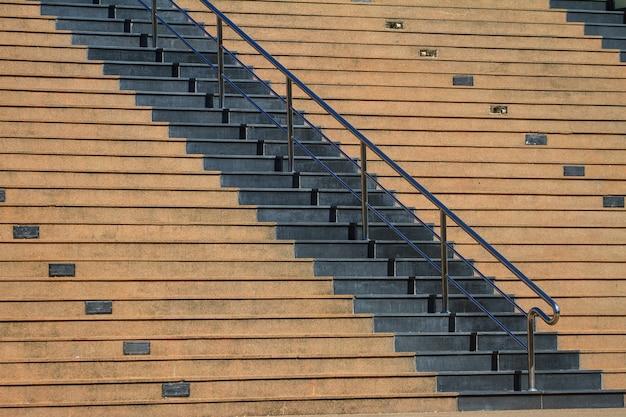 鋼鉄柵が付いている公園の階段セメント