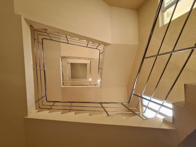 Лестница в многоэтажном здании с желтым фоном стен