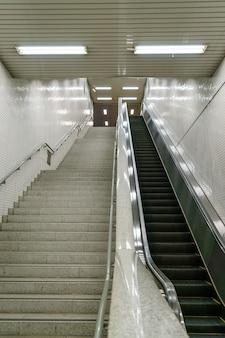 地下鉄の駅で階段