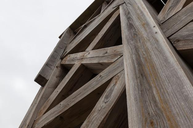 오래되고 무너지는 거리에서 만든 나무로 만든 계단, 오래된 나무 계단의 강한 선반