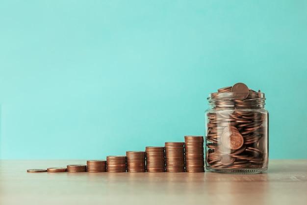 Лестница монет с банкой, полной монет