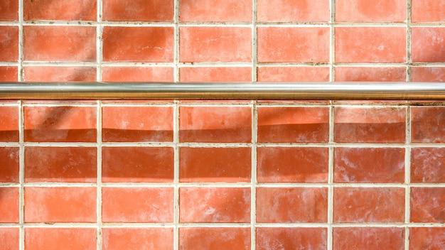 오래 된 벽돌 벽에 금속 손잡이와 계단