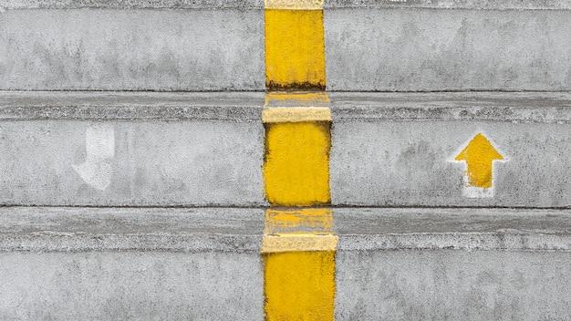 上下の矢印標識のある階段。
