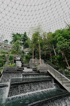 モダンな建物の階段と水