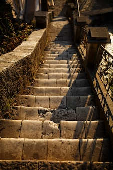 조약돌 바위 돌에서 계단과 벽입니다. 시멘트 단계와 아름다운 바위 계단과 암벽, 천연 재료 c에서 건축