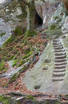 계단은 위쪽으로 암벽에 움푹 들어가 있습니다(