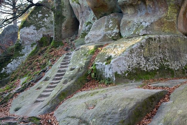 계단은 위쪽으로 암벽에 움푹 패여 있습니다(