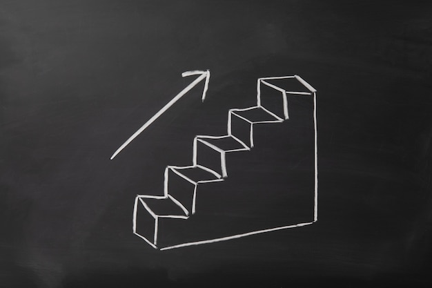 검은 칠판에 화살표가 그려진 위쪽으로 향하는 계단