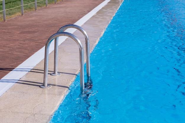 Лестница в красивом бассейне Premium Фотографии