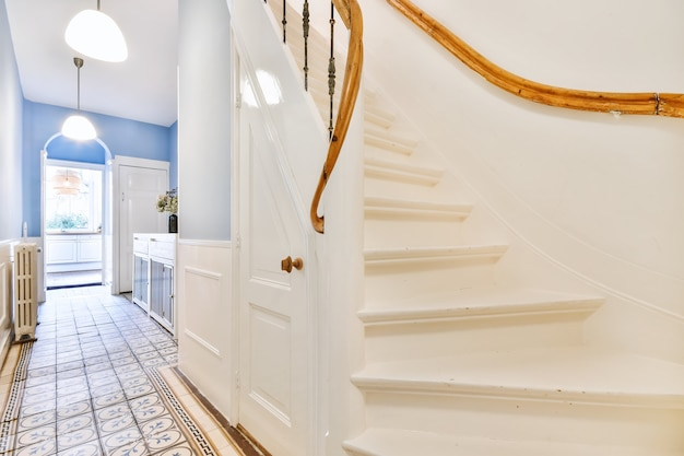 우아하게 보이는 고급스러운 복도의 계단