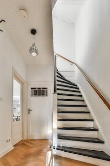 Лестница в роскошном коридоре выглядит элегантно