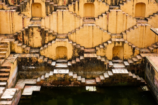 Лестница панна мина ка кунд ступенчатый колодец в джайпуре, раджастхан, индия