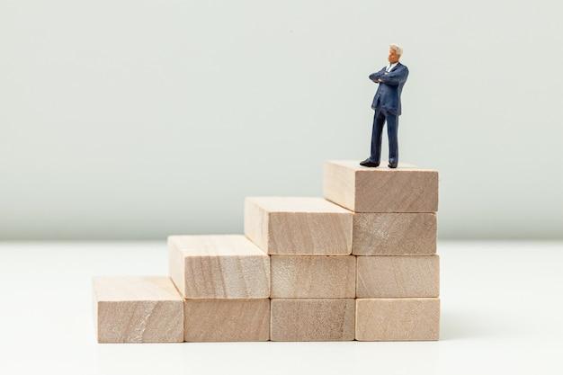 Лестница наверх как символ карьерного роста или успеха в бизнесе.