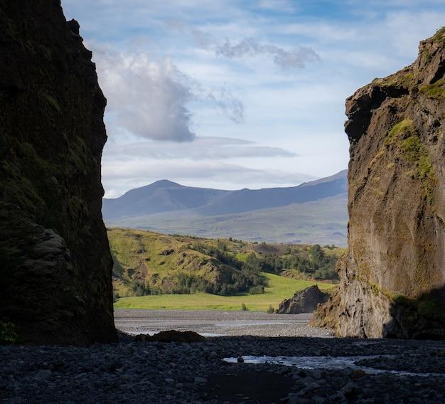 Posmork 근처 아이슬란드에서 푸른 흐린 하늘이 stakkholtsgja 캐년.