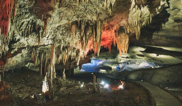 石筍と石筍の洞窟