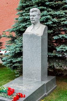 Могила сталина у стен московского кремля на красной площади. москва, россия