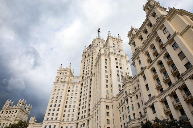 ロシアの首都にあるスターリンの高層ビル。コテリニチェスカヤ堤防にある高層ビル。ソ連の建築。曇り空に浮かぶ高層ビル。