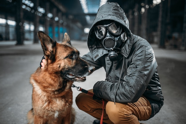 Сталкер и собака, выжившие в опасной зоне