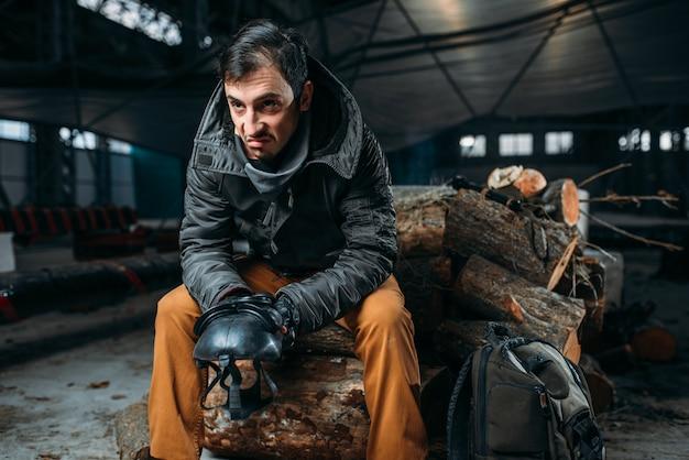ストーカーのコンセプト、防毒マスクを持つ男