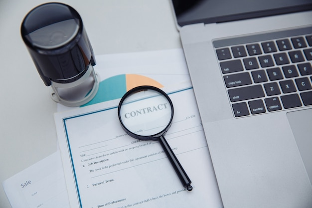 Штамп, диаграммы и увеличительное стекло. офисное рабочее место. концепция анализа данных.