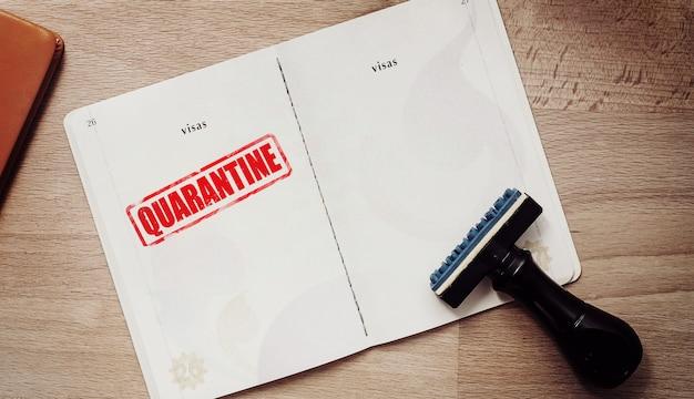Марка для тех, кто находится в карантине в ситуации эпидемической вспышки коронавируса на странице паспорта для туриста, который имеет высокий риск заражения вирусом ухань.