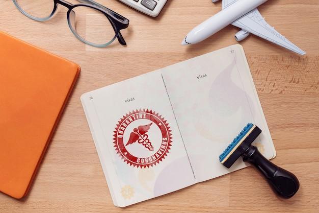 Марка для тех, кто находится в карантине в случае эпидемии коронавируса с логотипом китайской медицинской ассоциации на странице паспорта для туристов, имеющих высокий риск заражения вирусом ухань.