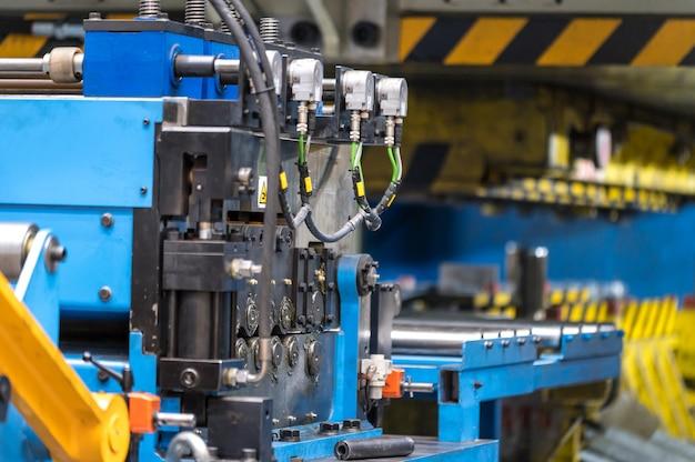 Штамповка листового металла с помощью прессовочной машины, чпу для контроля металла, высокоточной и высокоточной машины для прессования и штамповки металла.