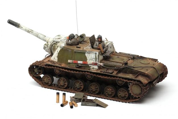 Стенд модели военного боевого танка на белом фоне