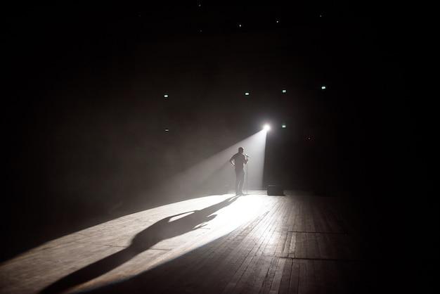 光のビームでステージにコメディアンを立てます。