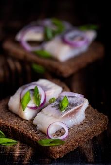 Стенд с закуской из ржаного хлеба, селедки и лука