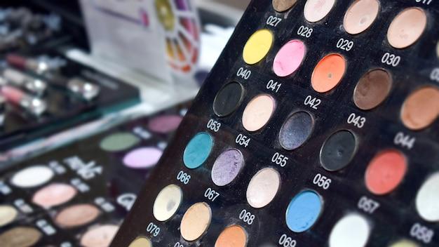 Стенд с яркими цветными тенями для глаз тестера