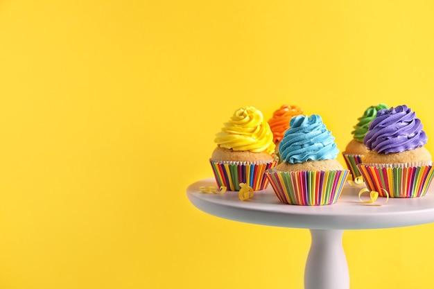 Стенд с вкусными кексами на день рождения на цвете