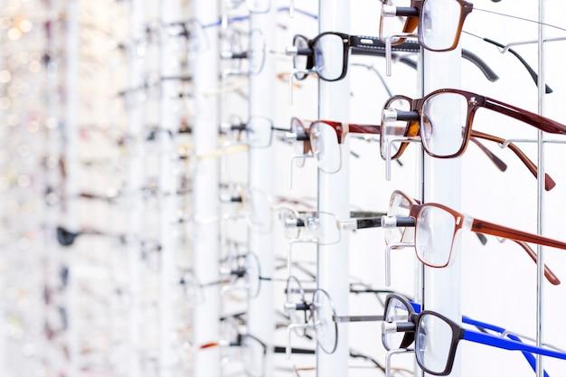 Стенд с очками в магазине. выбор очков для коррекции зрения