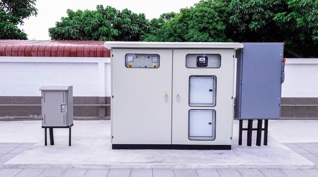 中小企業向けのスタンドアロン配電盤、電力供給を分配するためのブレーカーと電源ボタンを備えたメイン変電所