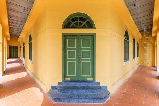 Музей пхукета бабы (здание standard chartered bank) в городе пхукет, таиланд