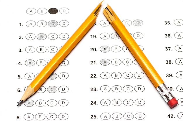 Стандартизированная тестовая форма с ответами и сломанным карандашом.