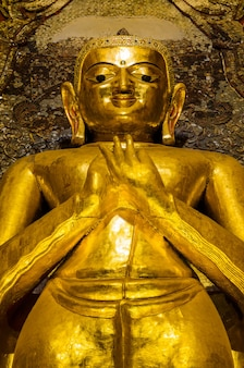 Стоящий будда какусанда в храме ананда, мьянма