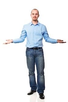 立っているビジネスマンは白で腕を開きます