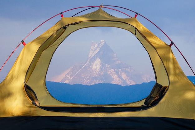네팔 산맥의 아름다운 전망과 함께 스탠딩 텐트.