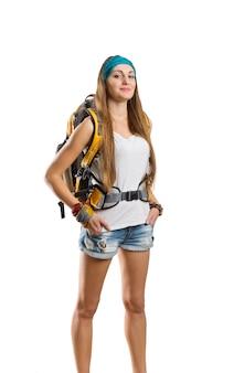 배낭에 흰색 절연 서 여행자 갈색 머리 여자